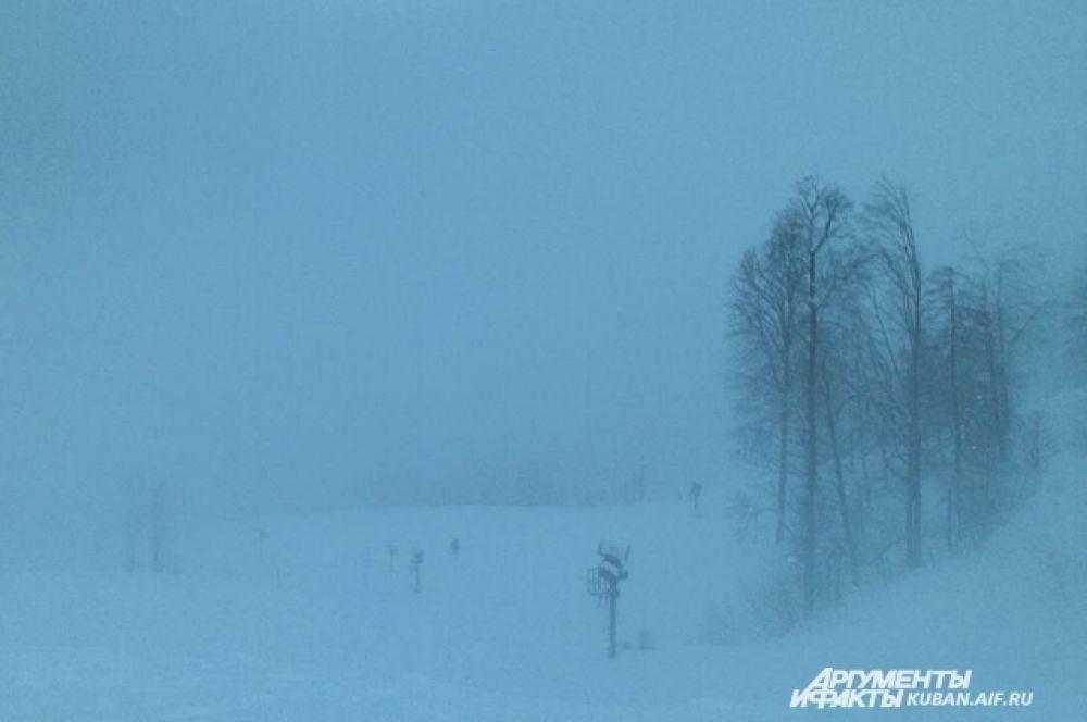 Замело. Этой зимой горнолыжным курортам Красной Поляны снеговые пушки не нужны.