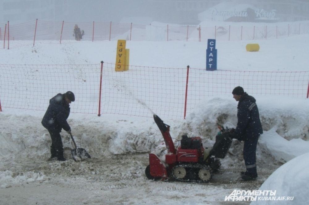 Снегоуборочная техника. Машина «заглатывает» лишний снег, а затем «выплевывает» его на несколько метров вперед.