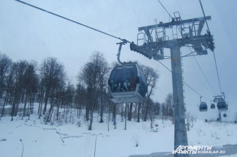 Подъемник с закрытыми кабинами, но многие лыжники предпочитают обычную канатную дорогу - проще везти снаряжение.
