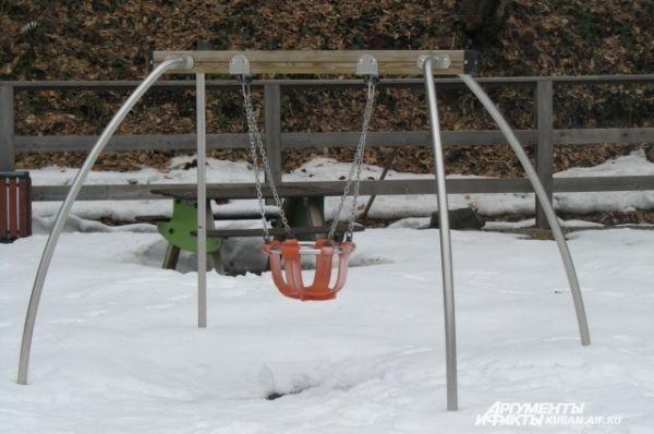 На этих качелях малышня катается и зимой.