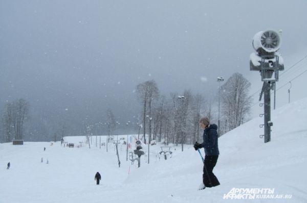На справочных стендах можно увидеть подробный прогноз погоды на каждом уровне горы: температуру, осадки, толщину снега. Если прогноз неблагоприятный катание прекращают.