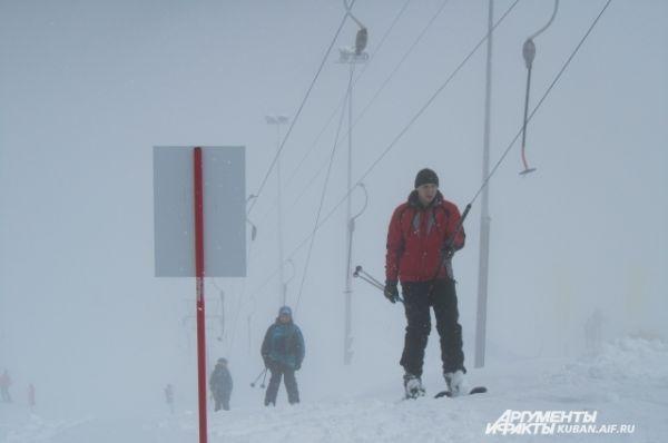 Лыжники любят снегопад, ведь кататься комфортно, если снега много. Плохая видимость их не пугает.