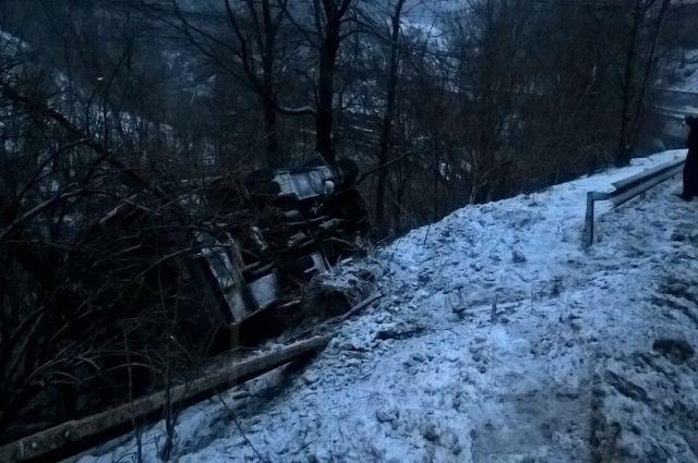 Автобус скатился вниз на четыре метра и уперся в два дерева