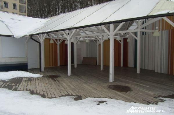 Горнолыжные курорты в Сочи решено сделать круглогодичными, поэтому теперь здесь появляются оборудованные пляжи. Зимой они, конечно, закрыты.