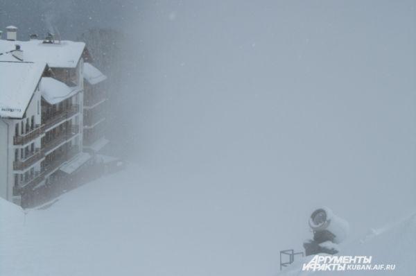 Если на Красной Поляне начинается метель, горы заволакивают тучи, и все погружается в белую мглу.