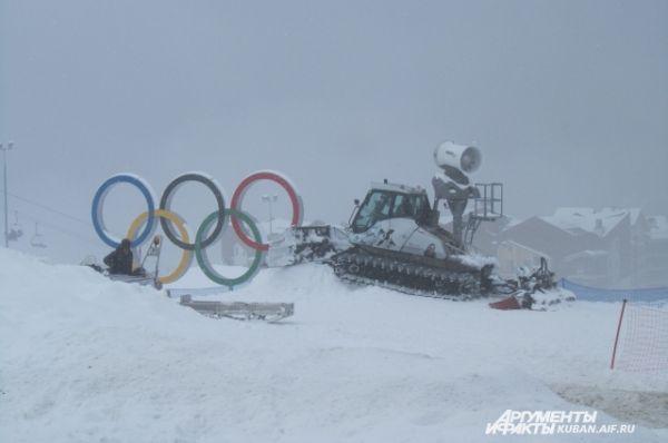 Олимпийские кольца на Красной Поляне. Здесь было разыграно 30 комплектов наград в зимних видах спорта.