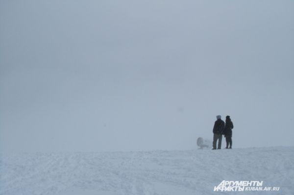 А вот людям без лыж и сноуборда нужно быть осторожнее - где-то там, во мгле, - крутой спуск.