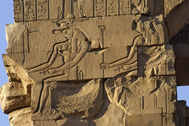 Древнеегипетский бог Себек с головой крокодила