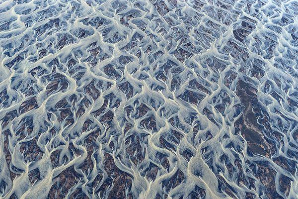 Так выглядит ледниковая река. Сразу и не скажешь, что это вообще фотография