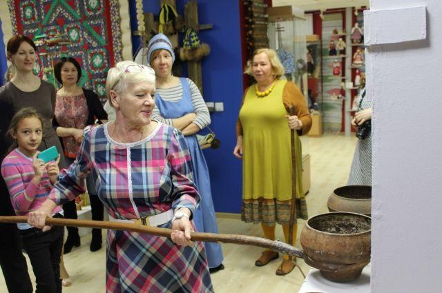 К русскому ухвату гости выставки примерялись с удовольствием.