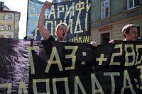 Участники акции протеста против повышения тарифов на коммунальные услуги идут с транспарантами по улице Львова. 2015 г.