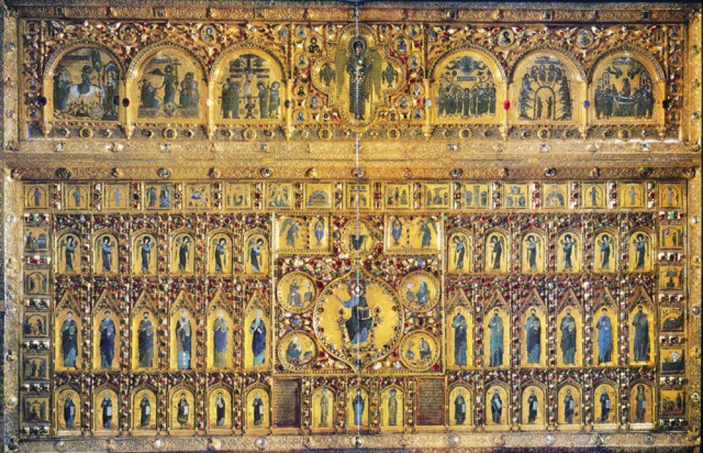 Особенно искусны были византийские мастера в изготовлении изделий из эмали. Великолепнейший образец византийского эмальерного дела представляет знаменитая Pala d'oro (золотой алтарь) — род маленького иконостаса с миниатюрами в технике перегородчатой эмали, украшающий собой главный алтарь в венецианском соборе святого Марка.