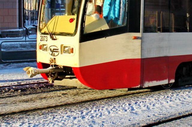 Насеверо-западе Челябинска трамвай проткнул штырем иномарку ипротащил ее порельсам