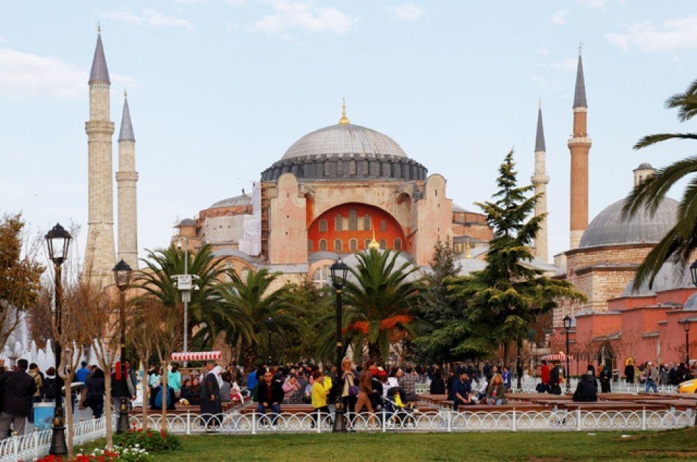 Собор Святой Софии (Айия-Софья) — всемирно известный памятник византийского зодчества, символ «золотого века» Византии. Во времена Византийской империи собор находился в центре Константинополя рядом с императорским дворцом. Сейчас это исторический центр Стамбула в районе Султанахмет, в нём находится музей.