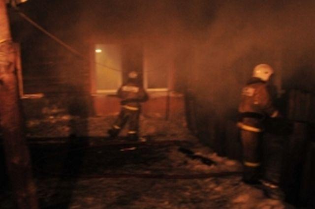 Утром вРязанской области 2 пожарных расчета отбивали уогня строящийся дом