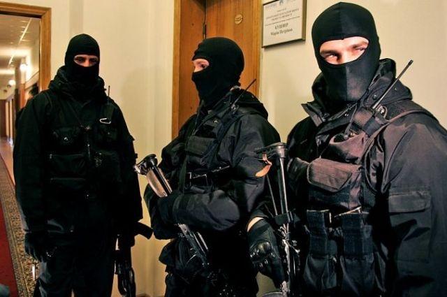 По кабинетам компании ходят силовики в масках
