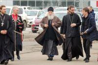 У выставочного центра Валериана Кречетова встречали священнослужители Екатеринодарской и Кубанской епархии.