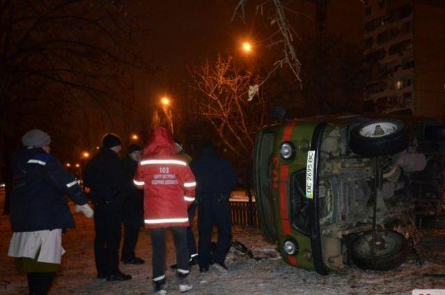 ВНиколаеве перевернулась машина скорой помощи