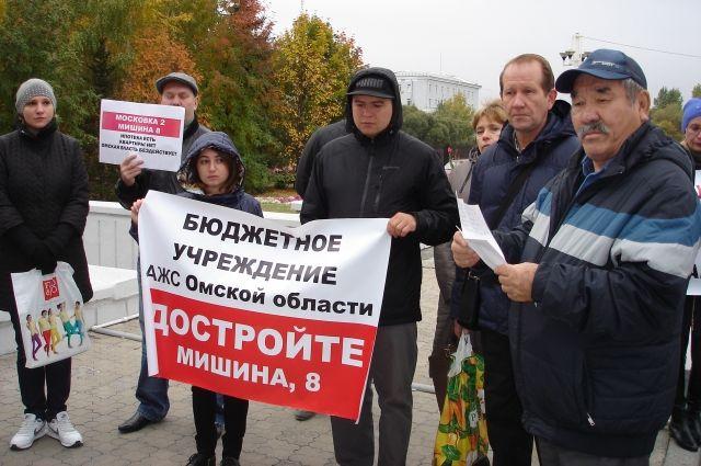 Омичи продолжают пикетировать у здания правительства региона.