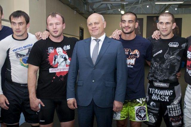 Боец Андрей Корешков (справа) рядом с главой региона Виктором Назаровым.