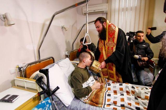 Монахи привезли воинам АТО мощи Пантелеимона Целителя