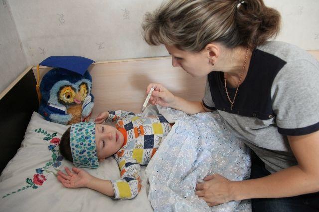 При температуре ниже 38,5 вместо жаропонижающего лучше приложить к голове ребёнка прохладный марлевый компресс.