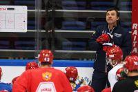 Игроки сборной России по хоккею во время тренировки. Справа на заднем плане — Олег Знарок, главный тренер команды.