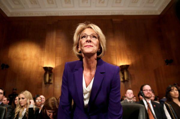 Министром образования США утверждена Бетси Девос . Сенат утвердил её в должности 51 голосом против 50, поскольку голоса сенаторов распределились поровну, решающий голос принадлежал вице-президенту Майку Пенсу.
