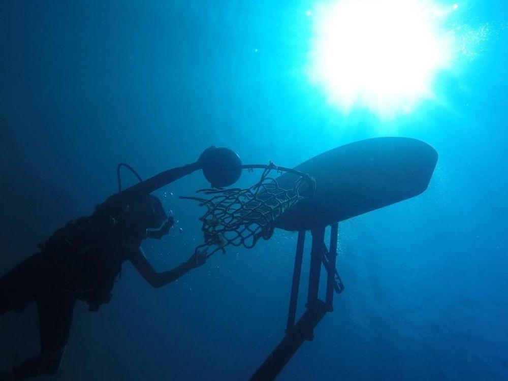Если дети фотографируют даже под водой, это уже достижение. Кажется, что водолаз играет под водой в баскетбол