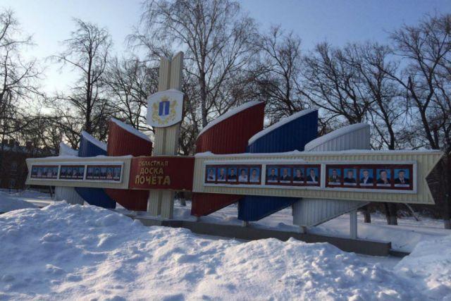 И уж если ставим Доску почёта на видное место, надо, чтобы народная тропа не зарастала снегом.