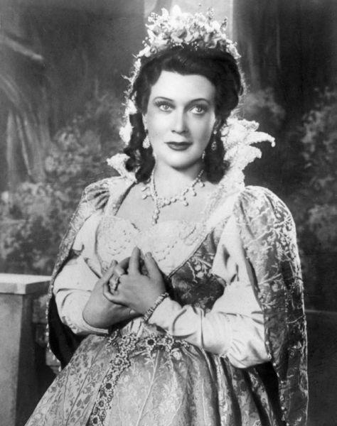 Кадр из фильма «Мусоргский». Любовь Орлова в роли певицы, примы Мариинки Юлии Платоновой, 1950 год.