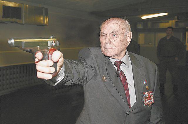 У Алексея Николаевича и сейчас рука не дрогнет.