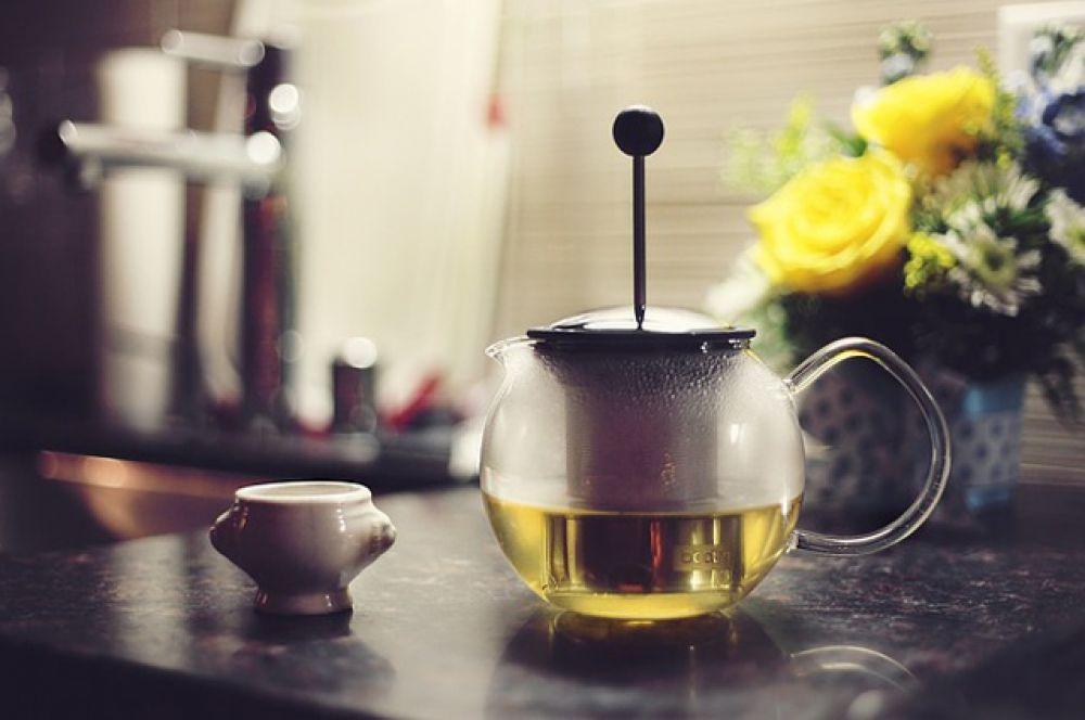 Зеленый чай. В нем содержится вещество катехин, которое убивает бактерии, вызывающие кариес. Также зеленый чай освежает дыхание.