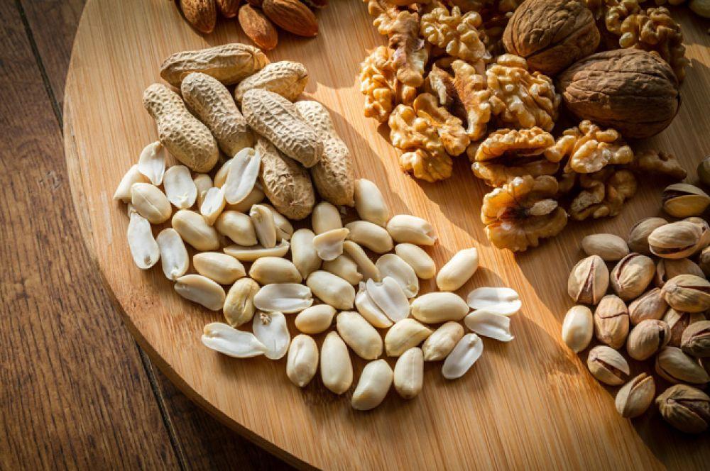 Орехи. В них содержатся все полиненасыщенные жирные кислоты, нужные зубам. А также кальций, калий и фосфор. Кедровый орех способствует укреплению костной ткани, а кешью – препятствует работе бактерий, разрушающих эмаль.