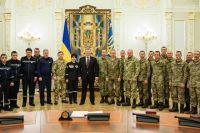 Порошенко вместе с награжденными бойцами ВСУ и сотрудниками ГосЧС