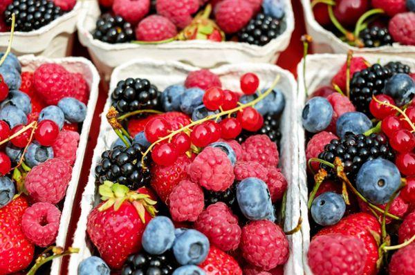 Ягоды. Считается, что компоненты ягодных соков блокируют бактериям доступ к зубной эмали.