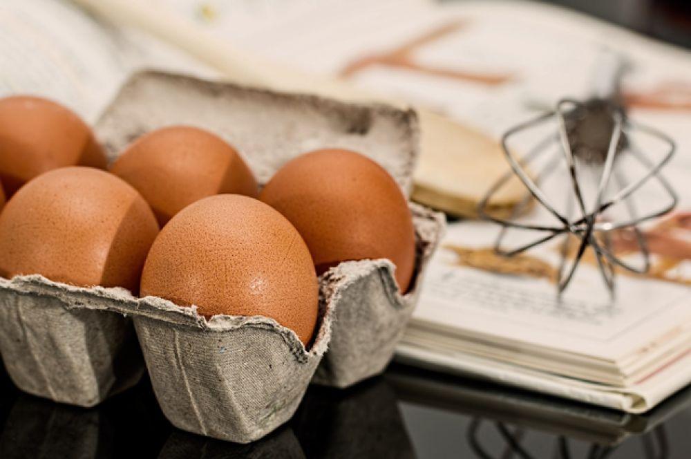 Яйца. В них содержится витамин D, который нужен для выработки фосфора. Кроме того, если есть толченую скорлупу яиц, можно укрепить зубы и десны.