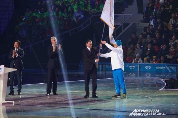 Мэр Красноярска Эдхам Акбулатов принял флаг Универсиады.