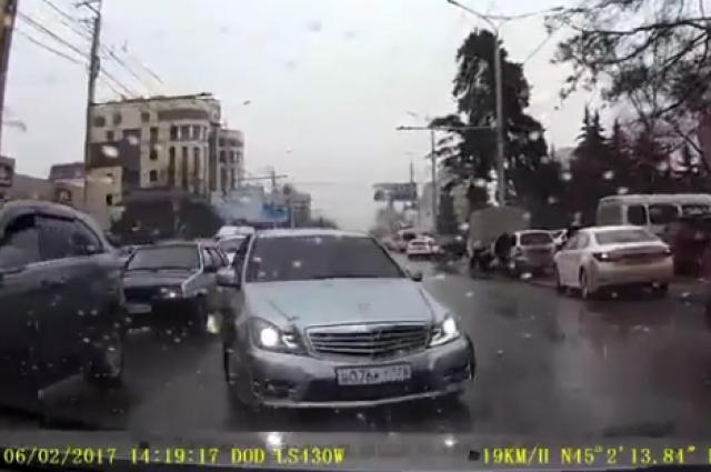 Навидео попал наглый выезд навстречку Мерседеса— Ставрополь