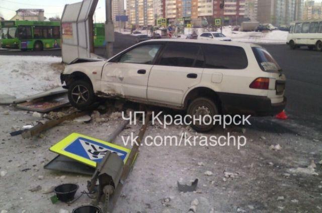 ВКрасноярске Хонда отудара снесла два уличных знака исветофор