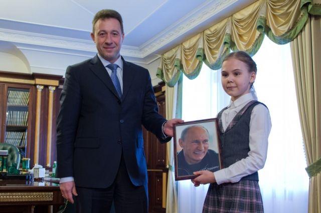 Игорь Холманских сказал челябинской школьнице портрет В. Путина савтографом