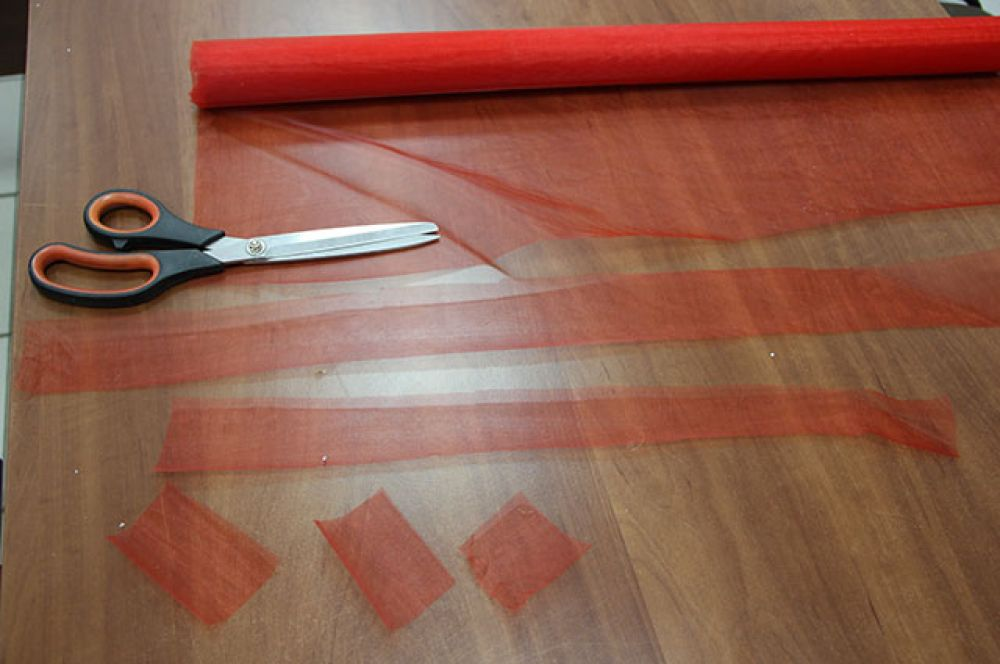 Теперь перейдем к заготовкам из органзы. Нарежьте ткань квадратами 5*5 сантиметров.