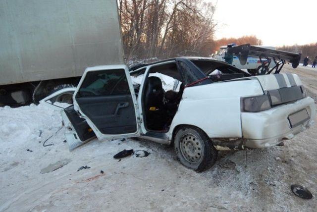 Причину столкновения легкового автомобиля с грузовиком вспоминают эксперты.
