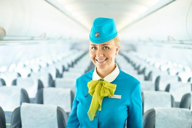 Для стюардессы обязателен неброский макияж, всегда ухоженные, собранные волосы, маникюр пастельных тонов и минимум украшений