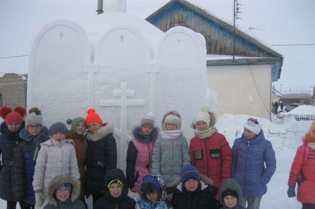 К снежной часовне уже водят экскурсии.