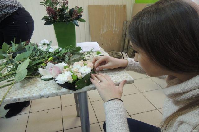 Неизвестный сканцелярским ножом напал на молодую продавщицу цветов впавильоне