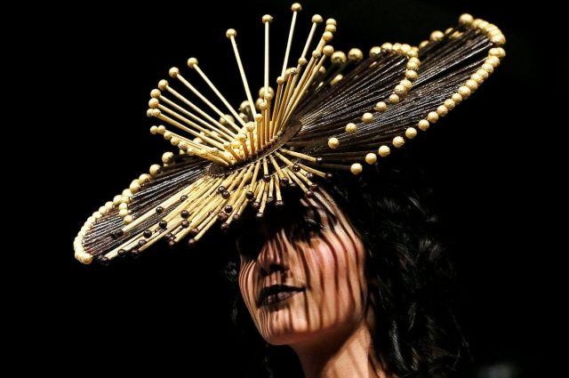 На показе модели продемонстрировали платья из шоколада, украшенные трюфелями, шариками и пончиками