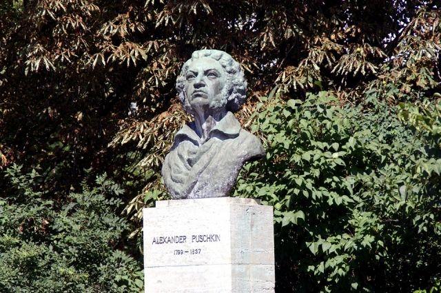 Памятники великому русскому поэту и писателю можно найти не только на его родине.
