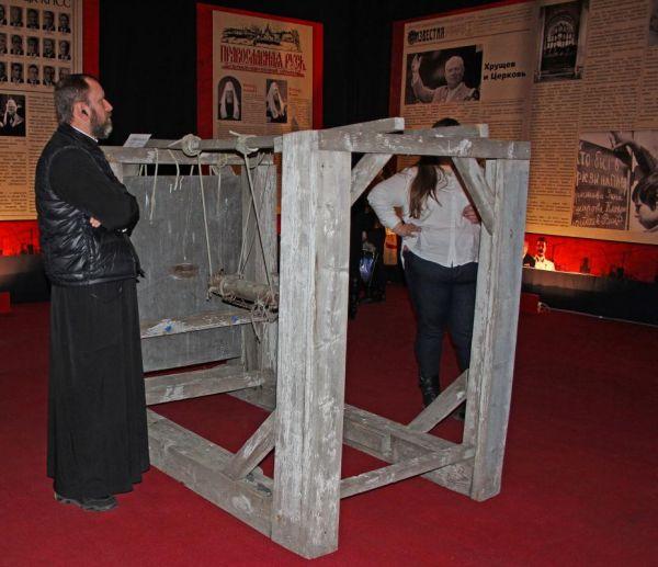 Другие напоминали об ужасе гонений на церковь, глумлениях над святынями, об убийства верующих, заключениях в тюрьму и лагеря.
