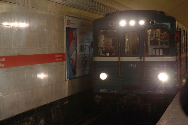 Накрасной линии метро из-за сломавшегося светофора замедлено движение